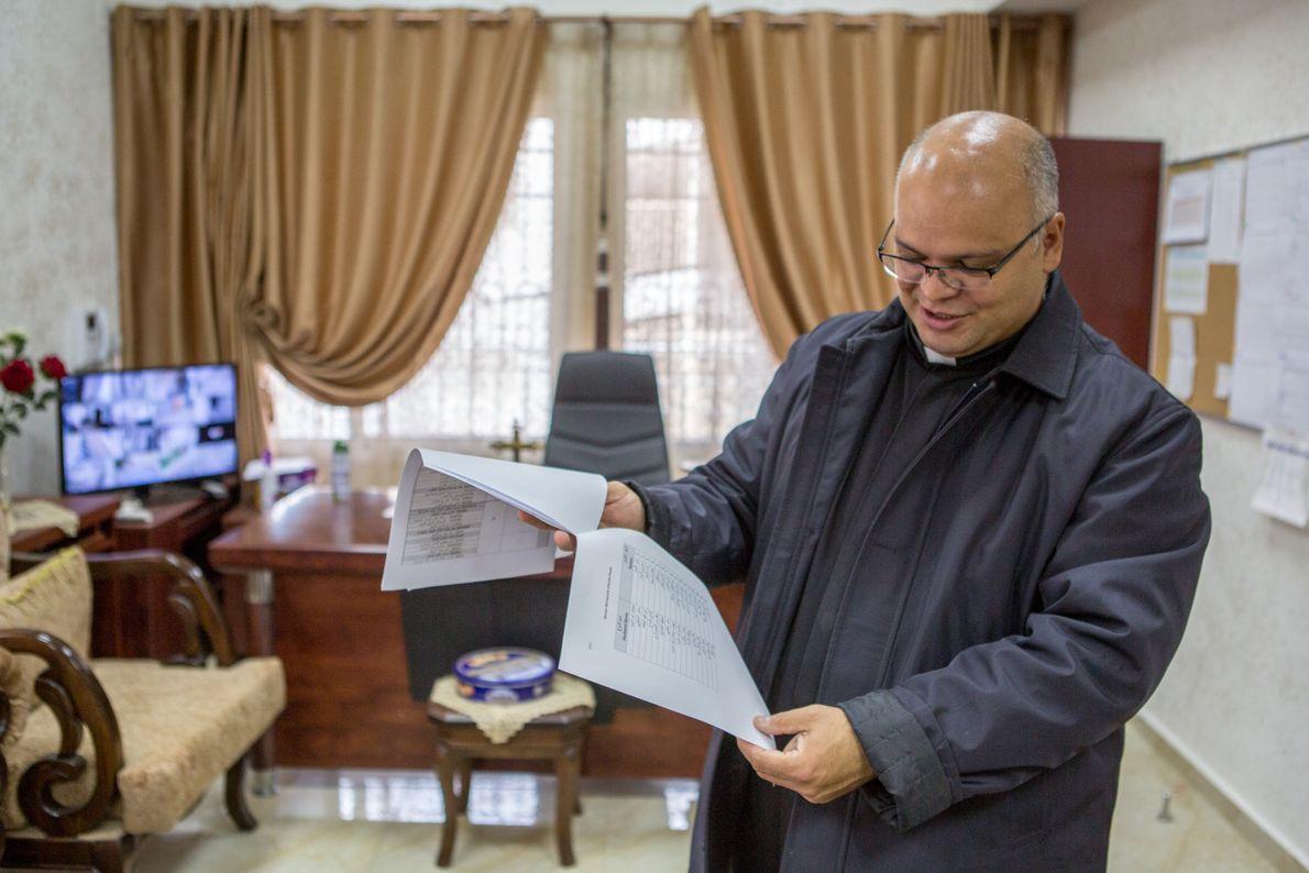 Le père Mario da Silva tient conciliabule dans le presbytère de la paroisse de la Sainte-Famille. ...