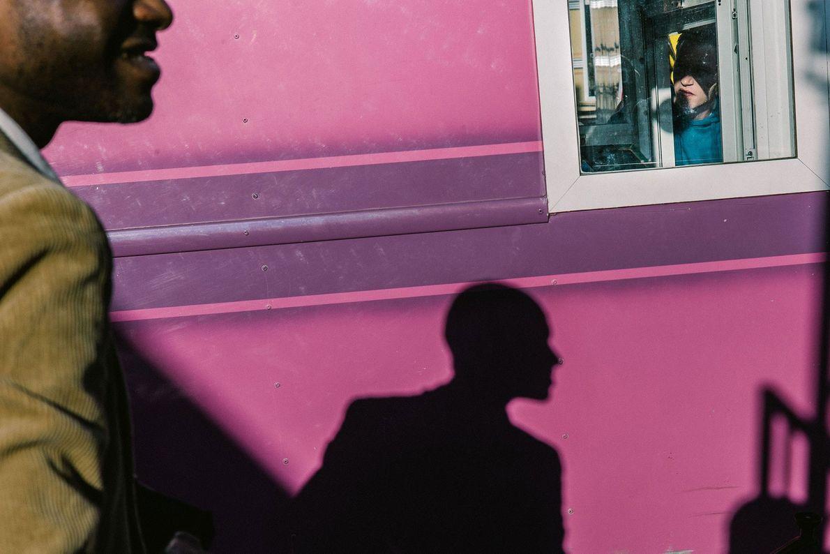 Un garçon regarde un homme à travers une fenêtre. Bruxelles, Région de Bruxelles-Capitale, Belgique