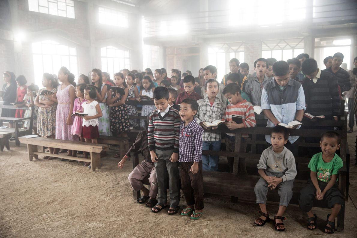 Les habitants du village de Mawlynnong se rassemblent à l'église le dimanche pour assister à la ...