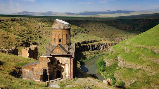 L'église Saint-Grégoire l'Illuminateur d'Ani a été construite en 1215 le long de l'Akhourian, une rivière qui ...