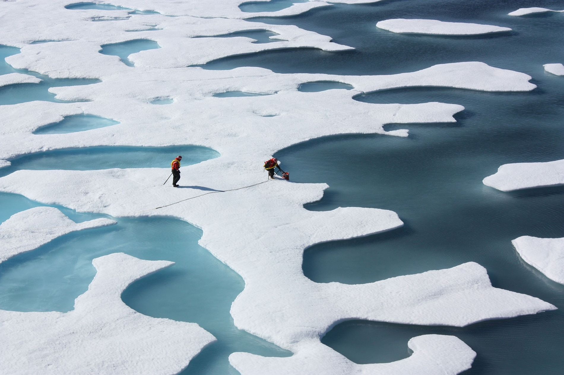 """Le 12 juillet 2011, des scientifiques américains ont récupéré une boîte larguée par parachute par un C-130, qui leur a permis de réparer certains appareils à mi-mission. La mission ICESCAPE, ou """"Impacts du climat sur les écosystèmes et la chimie de l'environnement du Pacifique arctique"""", est une enquête de la NASA à bord d'un navire visant à étudier l'incidence des conditions climatiques changeantes dans l'Arctique sur les écosystèmes océaniques. La majeure partie de la recherche s'est déroulée dans les mers de Beaufort et de Tchoukotka en 2010 et 2011."""