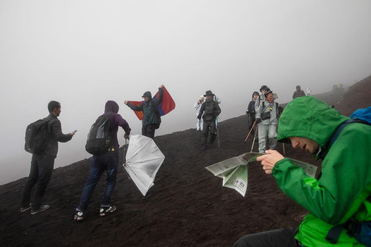 Un groupe de randonneurs progresse le long du Yoshida Trail sur le mont Fuji au Japon.