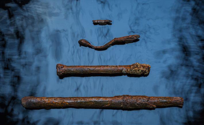 Les archéologues marins ont récupéré des clous, des pointes et des verrous utilisés pour sécuriser les ...