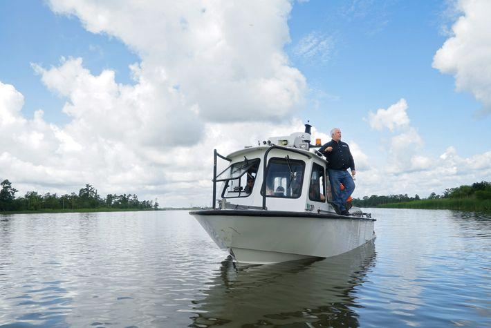 L'archéologue marin James Delgado scanne une section du fleuve Mobile pendant les recherches menées pour localiser ...
