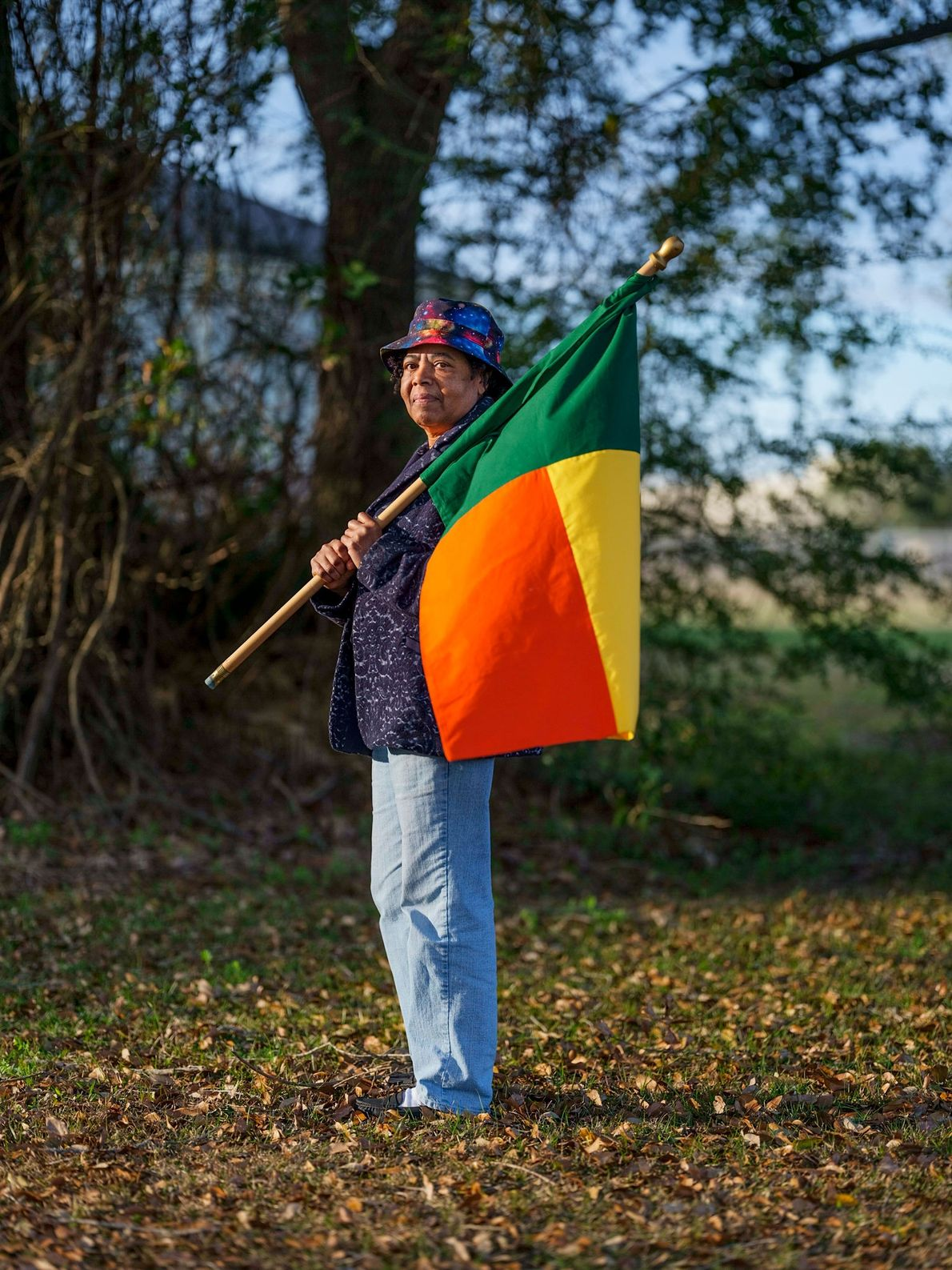 Patricia Frazier porte sur son épaule le drapeau du Bénin, un territoire autrefois gouverné par le ...