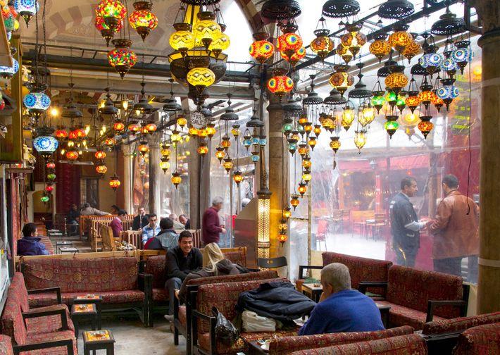 Les sons d'un café d'Istanbul ont offert à l'artiste le petit bois nécessaire à l'écriture de ...