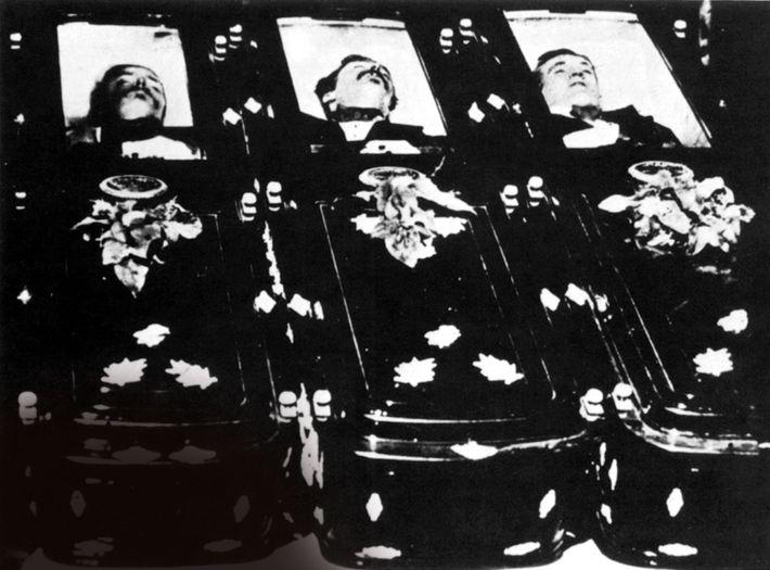 Les trois hommes tués par les frères Earp et Holliday ont été photographiés dans leurs cercueils ...
