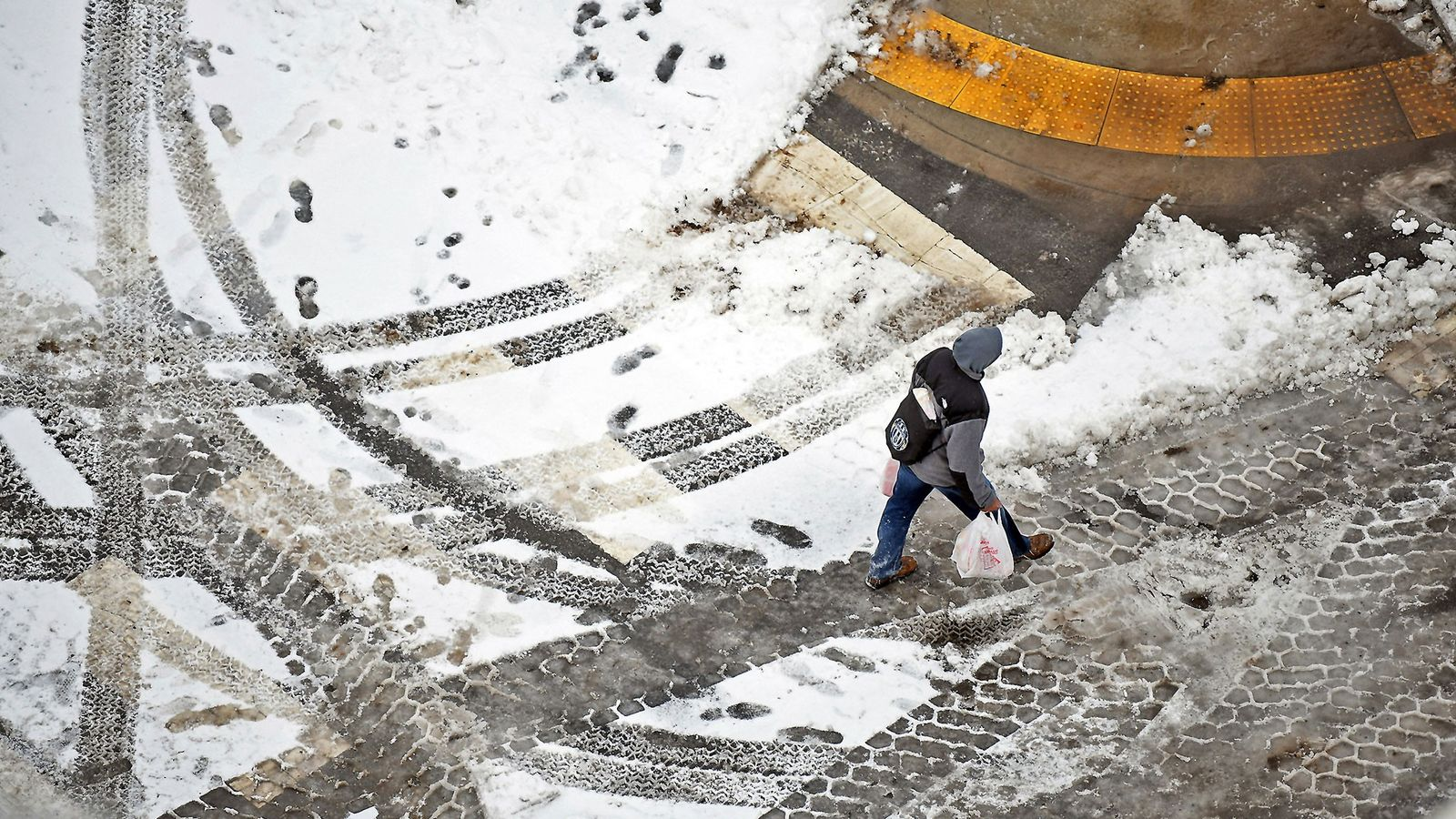 Un piéton se promène dans la rue du centre-ville de Scranton, en Pennsylvanie, le 20 janvier, ...