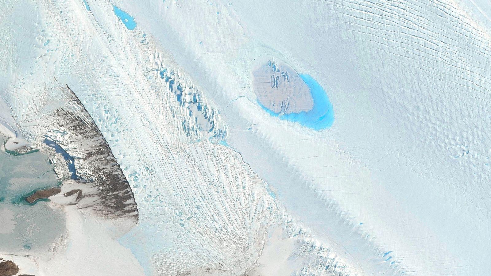 La surface du glacier de Langhovde, situé dans l'est de l'Antarctique, est parsemé de petits lacs.