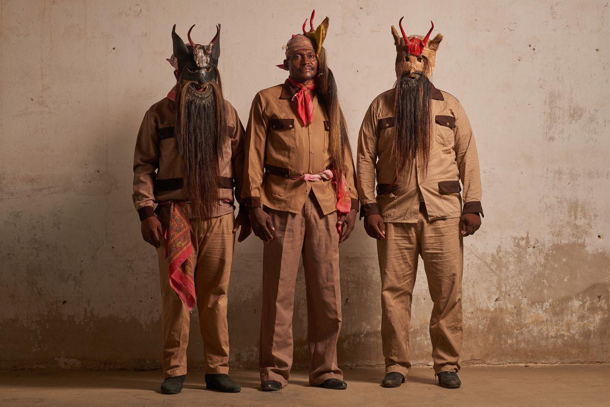 À l'occasion de la Danse des diables à Collantes, des hommes afro-mexicains portent des masques à ...