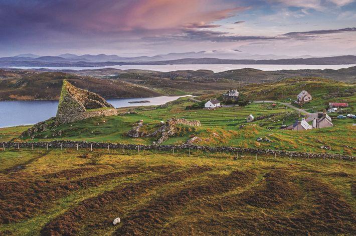 Les collines voisines du broch de Dun Carloway, sur l'île de Lewis et Harris, sont chargées ...