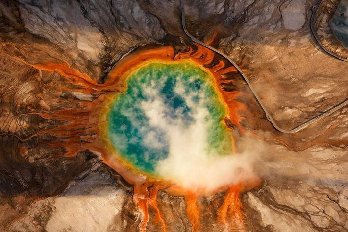 Le Grand Prismatic Spring, source d'eau chaude du Midway Geyser Basin, dans le parc national de ...