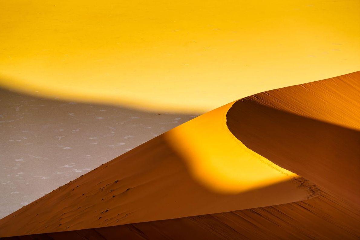 Le désert de sel de Sossusvlei, dans le parc de Namib-Naukluft, en Namibie.