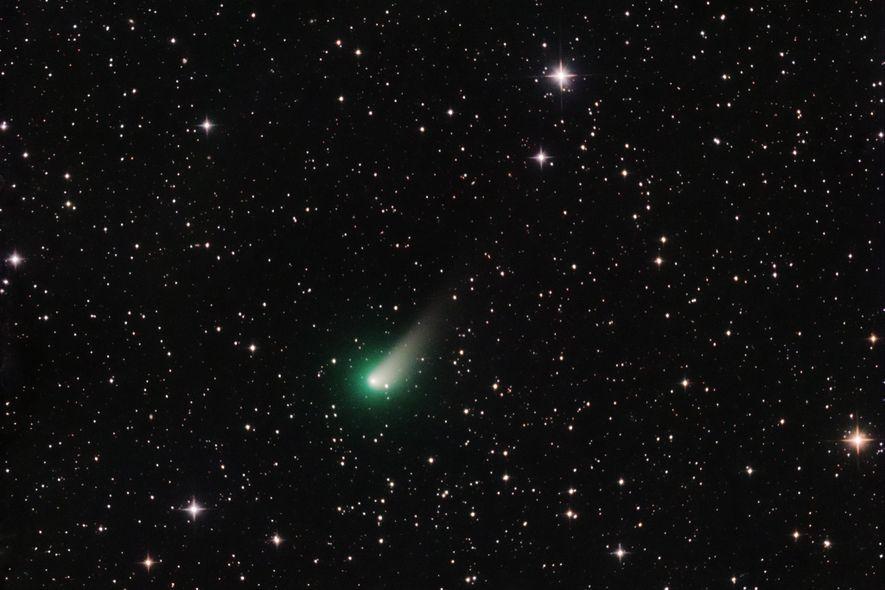 Le 26 mars, alors qu'elle se rapprochait de la Terre, la comète Johnson révélait sa queue ...