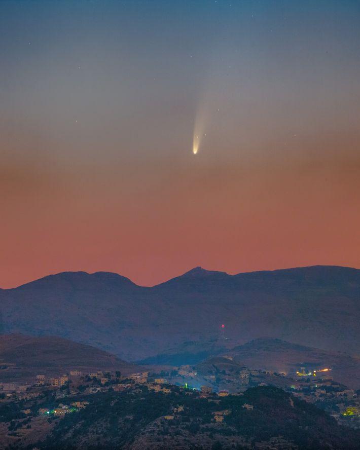 Cette image composée est une compilation de photos de la comète NEOWISE observée au-dessus du Liban ...