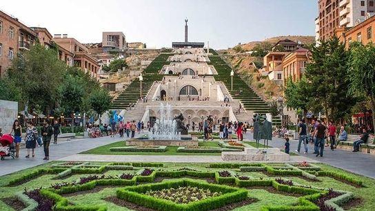 La cascade d'Erevan, un escalier monumental entouré de jardins et de fontaines par lequel vous pourrez ...