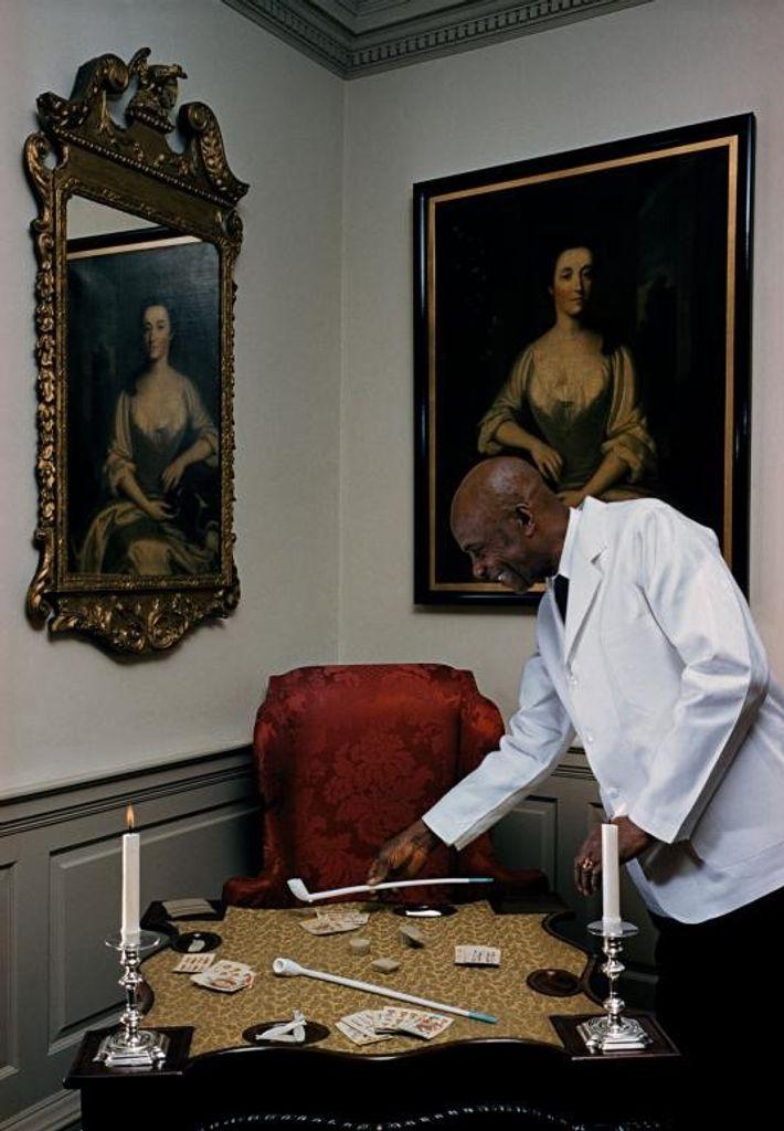 « Les cartes et les pipes en argile amusent les invités de Fairfax House », lit-on ...