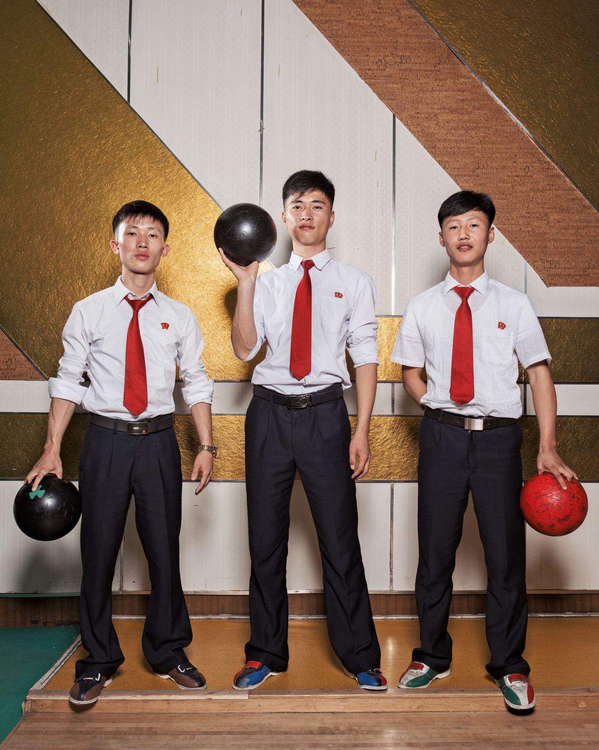 Des étudiants s'amusent au bowling Golden Lane. Ce vaste établissement, qui propose aussi des jeux d'arcade ...