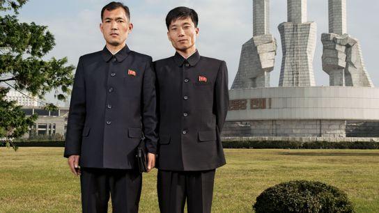 Deux employés de bureau posent devant le Monument à la fondation du Parti, à Pyongyang. Le ...