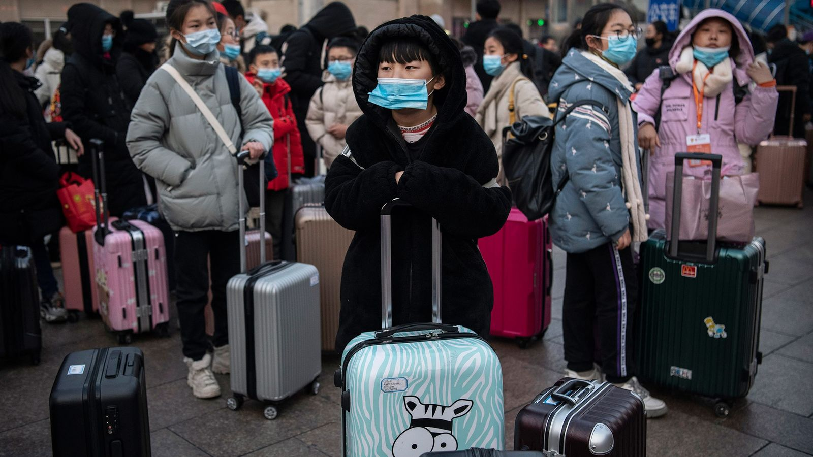 À Pékin, en Chine, le port du masque de protection est de rigueur pour ces passagers ...