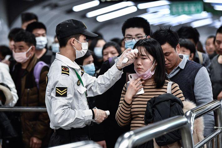 22 janvier. Les citoyens de la ville de Guangzhou, en Chine, portent des masques pendant qu'un ...