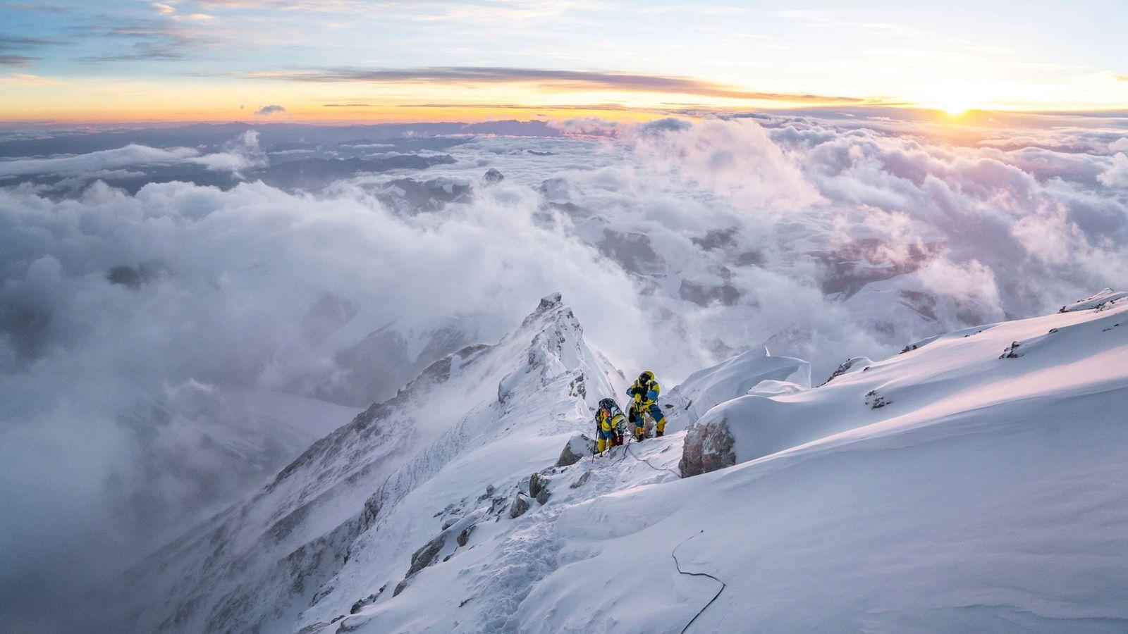 Deux alpinistes atteignent la troisième étape du traditionnel itinéraire sur l'arête nord de l'Everest, située à ...