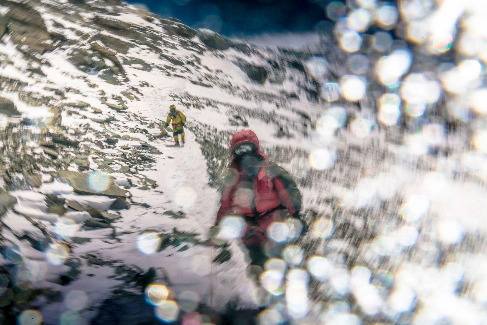 Cory Richards se réfère à cette photo d'alpinistes sur le versant nord de la montagne afin ...