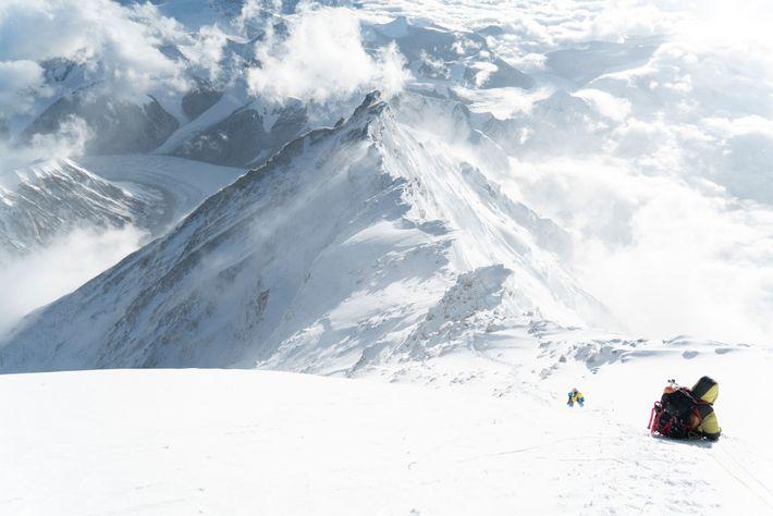 Des alpinistes gravissent la dernière pyramide de neige sur le versant nord de l'Everest. Cette photo ...
