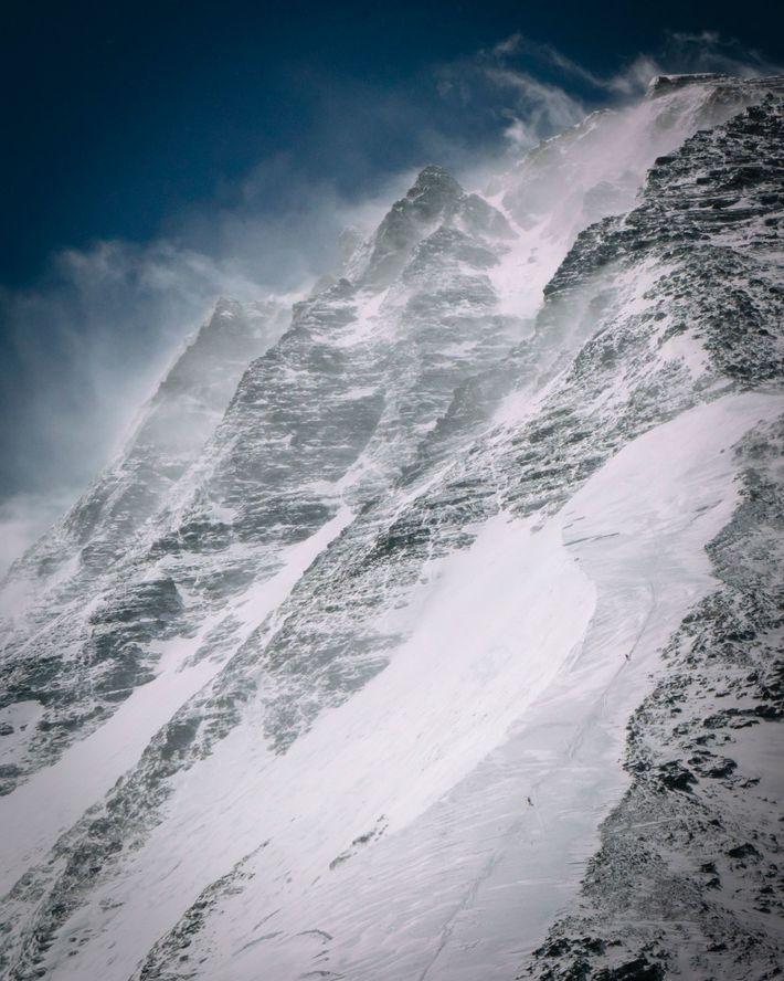 Les grimpeurs évoluent le long de la route de North Ridge du côté tibétain / chinois ...