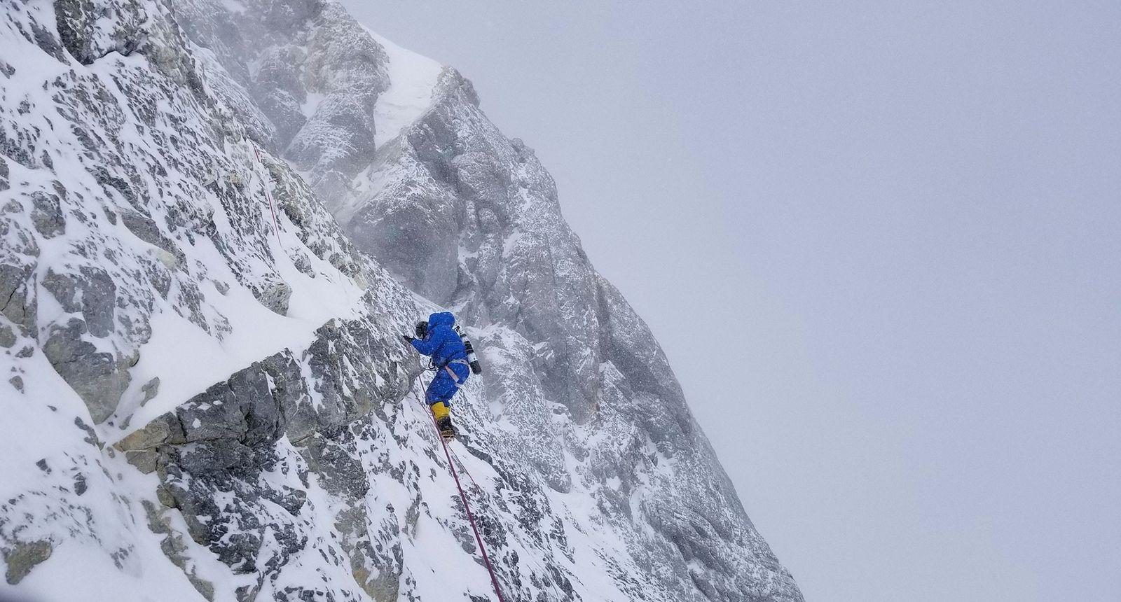 Cory Richards escalade la dernière pyramide du sommet, sur le versant nord de l'Everest, lors d'une ...