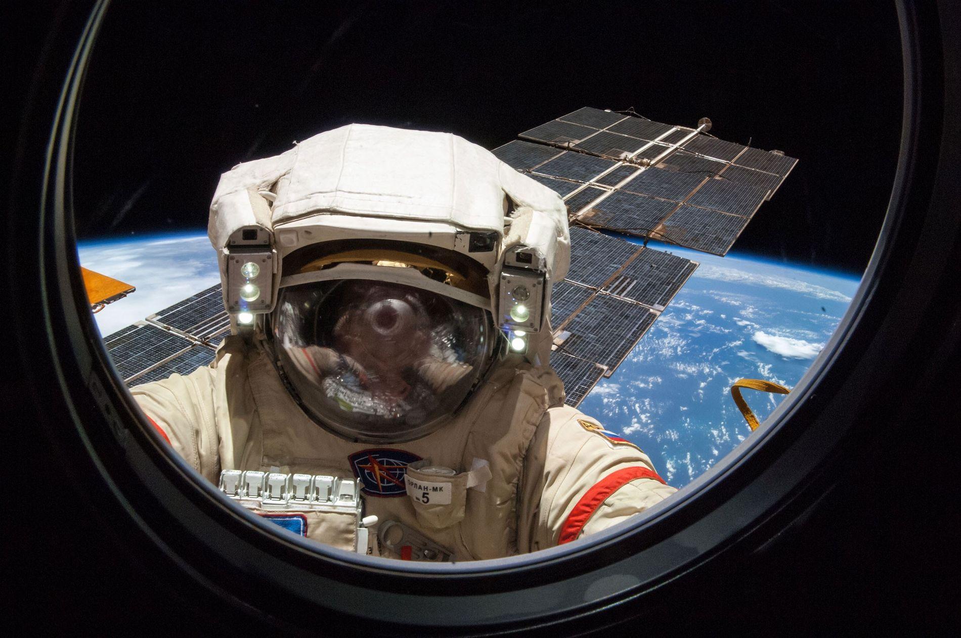 Le cosmonaute russe Alexander Skvortsov, photographié en train de travailler sur la Station spatiale internationale au cours d'une sortie dans l'espace de cinq heures et 11 minutes.