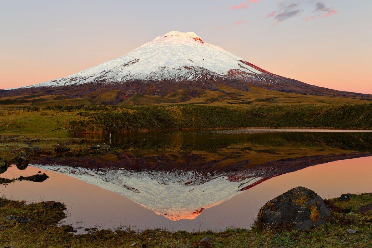 Non loin de Quito, l'avenue des volcans se compose de sept sommets dont le point culminant ...