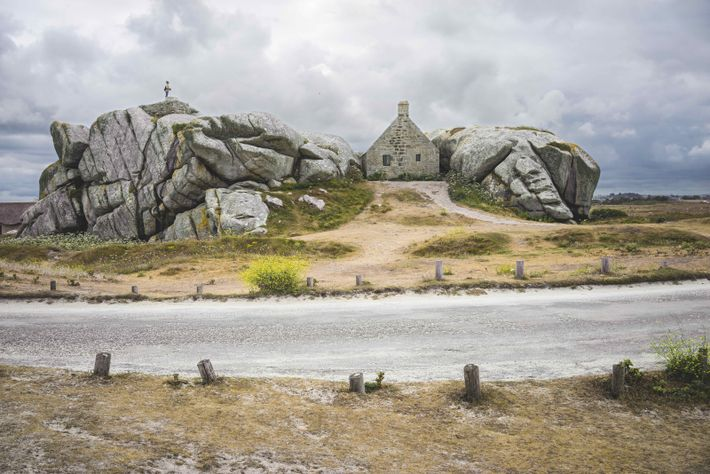 Hardiment calé entre les rochers, un cottage du XVIIe  siècle poursuit sa veille côtière dans le hameau de Meneham.
