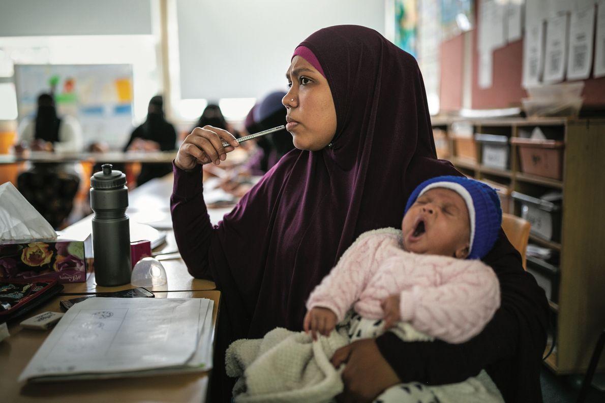 Noor Asma, une Rohingya du Myanmar, tient sa nouvelle-née pendant un cours d'anglais, à Sydney. La ...