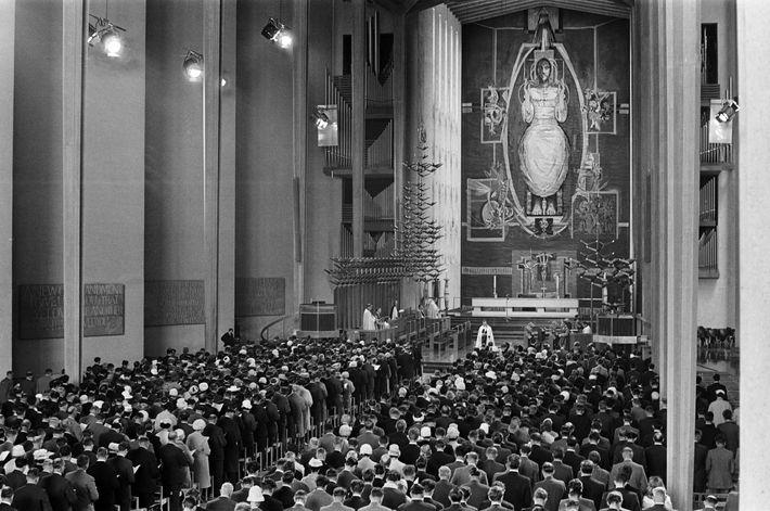 Le premier service religieux organisé dans la nouvelle cathédrale de Coventry au mois de mai 1962. ...