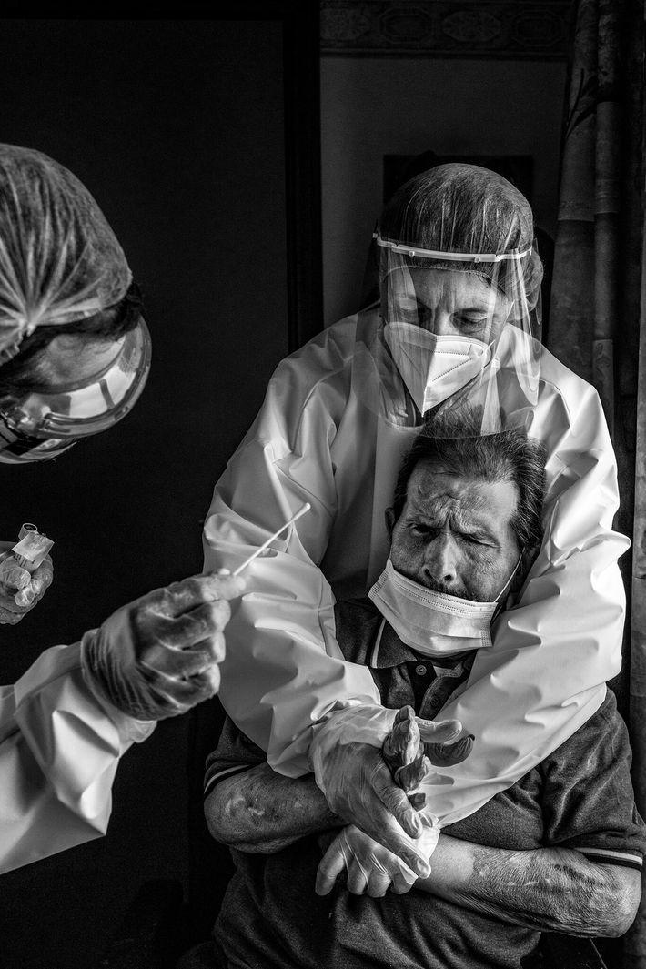 Dans une maison de retraite de La Louvière, en Belgique, une infirmière maîtrise et immobilise un résident ...