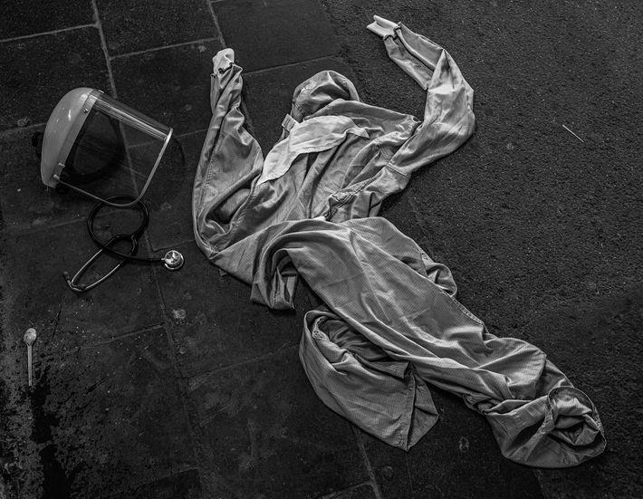 L'équipement de protection individuelle (ÉPI) d'un médecin git sur le sol devant un hôpital de La Louvière, ...