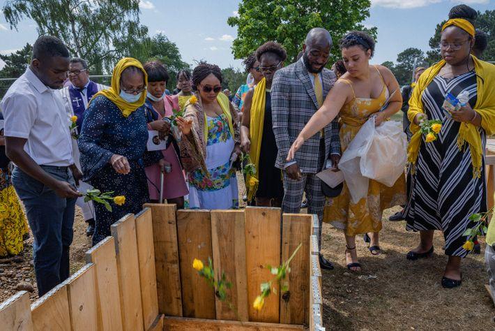 Des proches enterrent d'Esther Iyabode Akinsanya, décédée après avoir contracté la COVID-19 alors qu'elle travaillait comme aide-soignante à ...