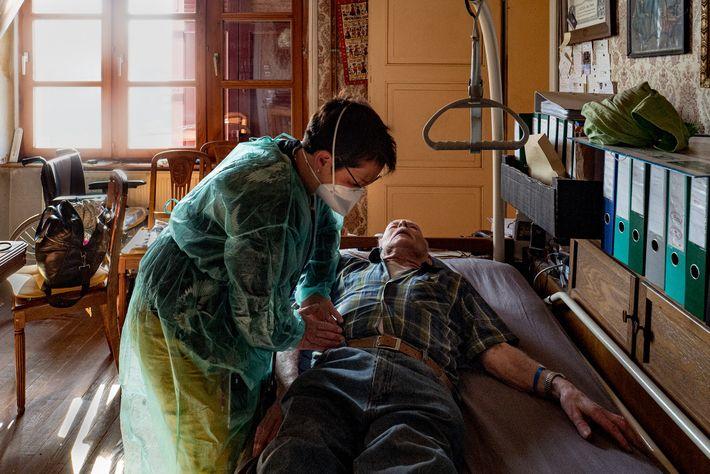 La Dr Spihlmann rend visite à Louis Claudepierre pour un examen de suivi après une hospitalisation pour ...