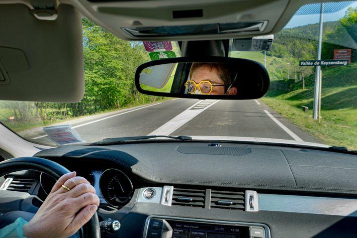 La Dr Spihlmann sillonne les routes de la Haute-Alsace à bord de son Range Rover blanc qui ...