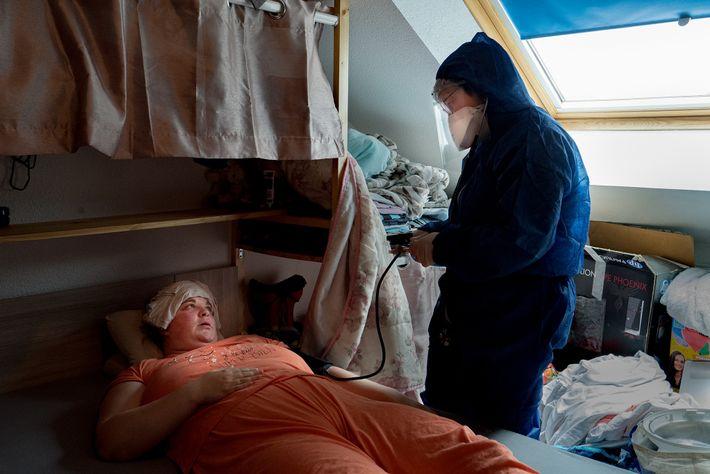 La Dre Spihlmann examine Roxane Kirschenmeyer, une patiente COVID positive, à son domicile. Elle souffre des symptômes ...