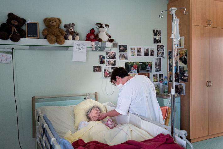 La Dr Spihlmann rend visite à Lucie Pierré dans sa chambre en EHPAD. Pendant la pandémie, tous ...