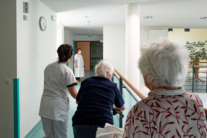 En tant que médecin coordonnatrice en EHPAD, la Dr Spihlmann a dû tester les résidents et le ...