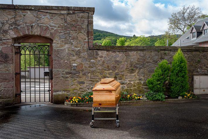 Le cercueil d'une femme victime du coronavirus attend d'être transporté au crématorium. Elle est morte deux ...