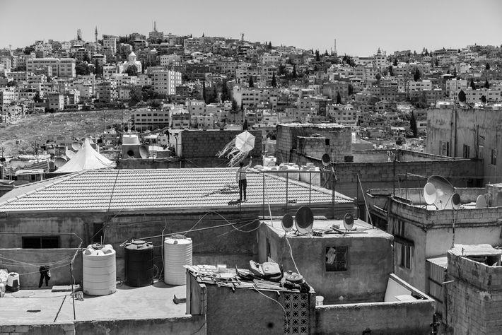 Un jeune Jordanien fait voler un cerf-volant sur un toit pendant le confinement à Amman. Les ...