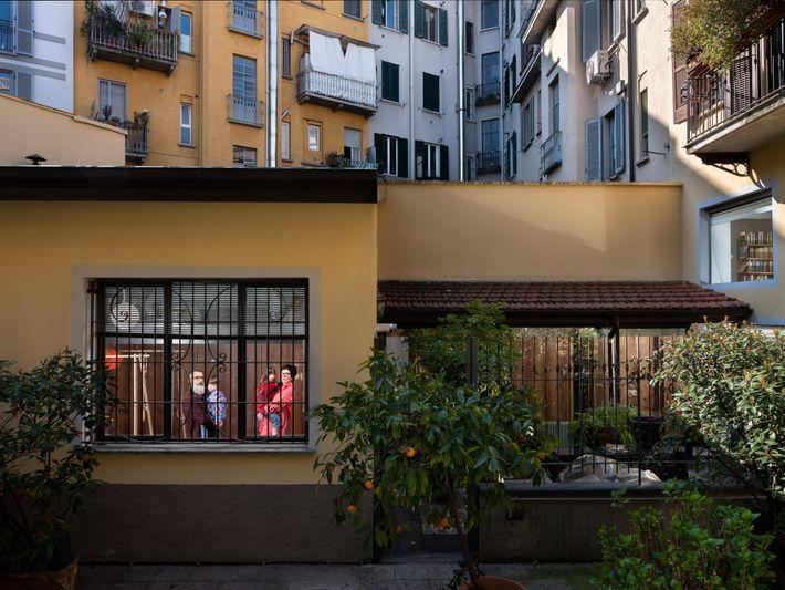 Les enfants de Michela Croci et Luca Volta ont l'habitude de jouer dehors. Depuis l'annonce de ...