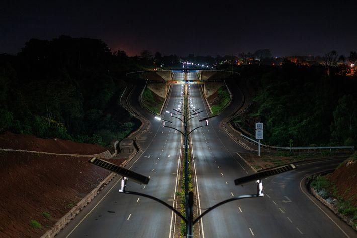 Les autoroutes du Kenya, y compris celle-ci dans le quartier de Kitisuru à Nairobi, étaient en ...