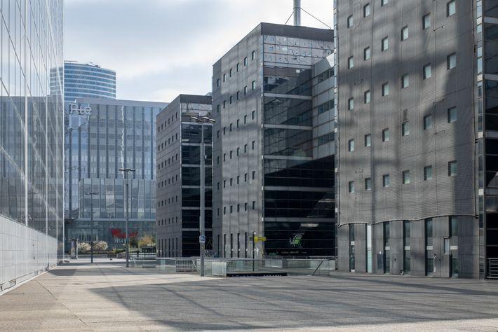Six jours après le début du confinement, La Défense, quartier des affaires de Paris, était désert.