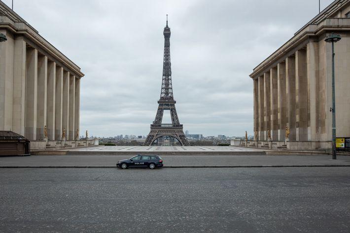 Une voiture de police solitaire veille au respect du confinement sur la place du Trocadéro.