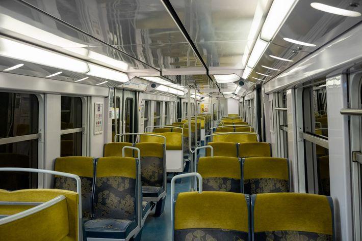 Avec des vols annulés dans le monde entier, les trains amenant d'ordinaire les voyageurs à l'aéroport ...